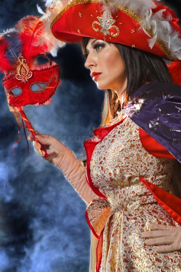 服装屏蔽中世纪红色妇女 免版税库存图片