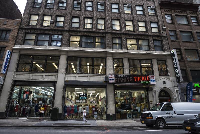 服装店和人在第35条街道上在曼哈顿在纽约,美国 免版税图库摄影