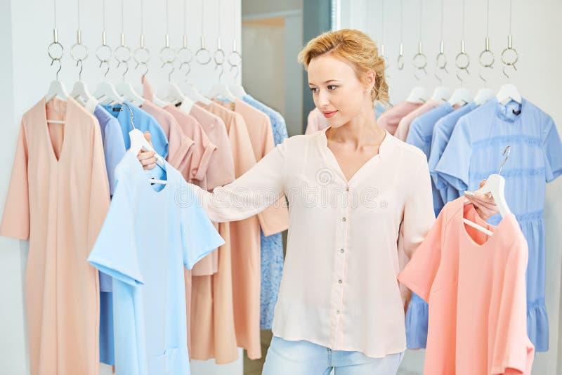 服装店的女孩 免版税库存图片