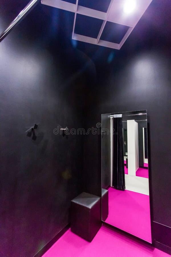 服装店的适合的变动房间 库存图片