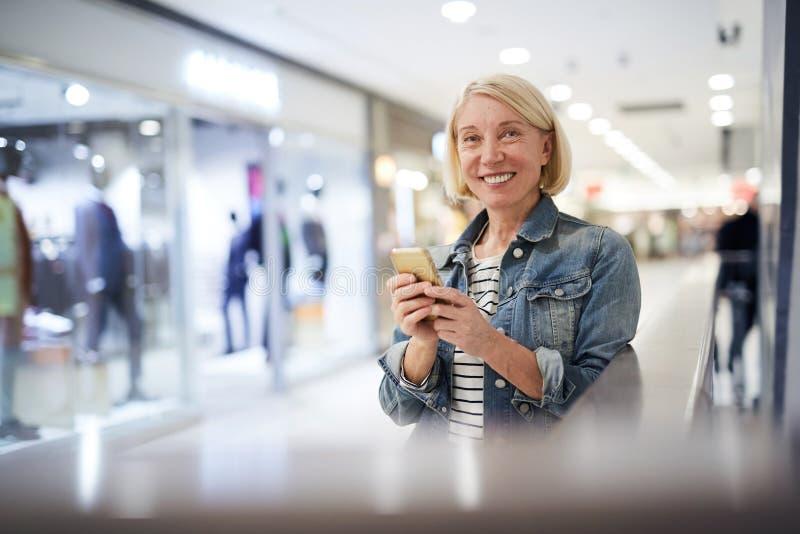 服装店短信的sms销售顾问在断裂期间的 免版税库存图片