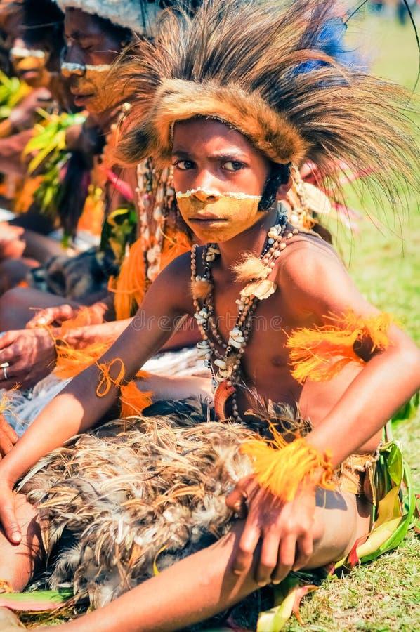 服装的小男孩在巴布亚新几内亚 库存照片