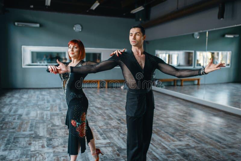 服装的舞蹈家在ballrom舞蹈训练 免版税图库摄影