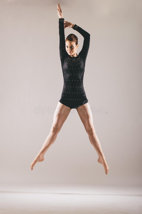 黑服装的年轻芭蕾舞女演员 库存照片