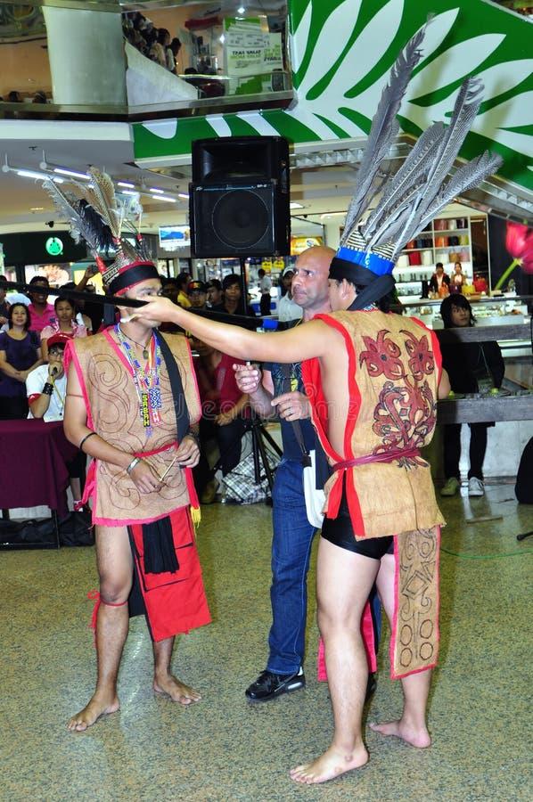 服装舞蹈演员男性murut战士 库存图片