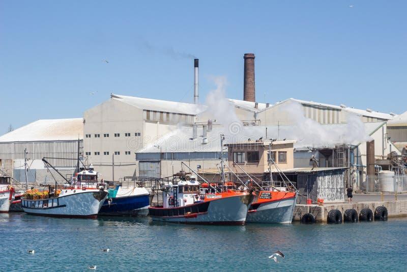 朗伯的有渔船和工厂的海湾港口 免版税库存图片
