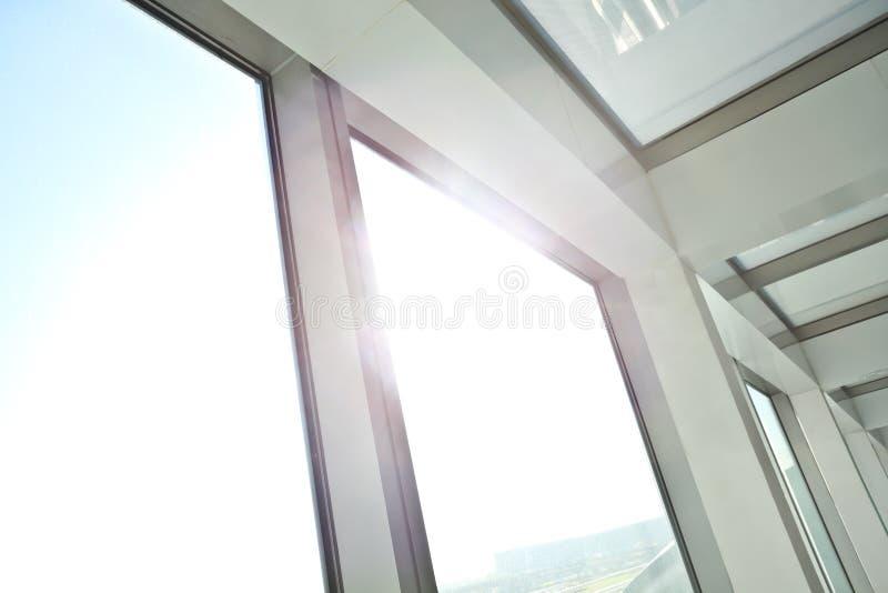 晴朗在修造内部走廊的现代玻璃办公室窗口 库存图片