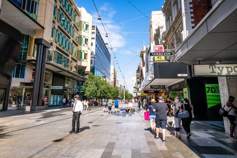 朗德尔购物中心步行购物的街道看法有人的在阿德莱德南澳大利亚 库存照片