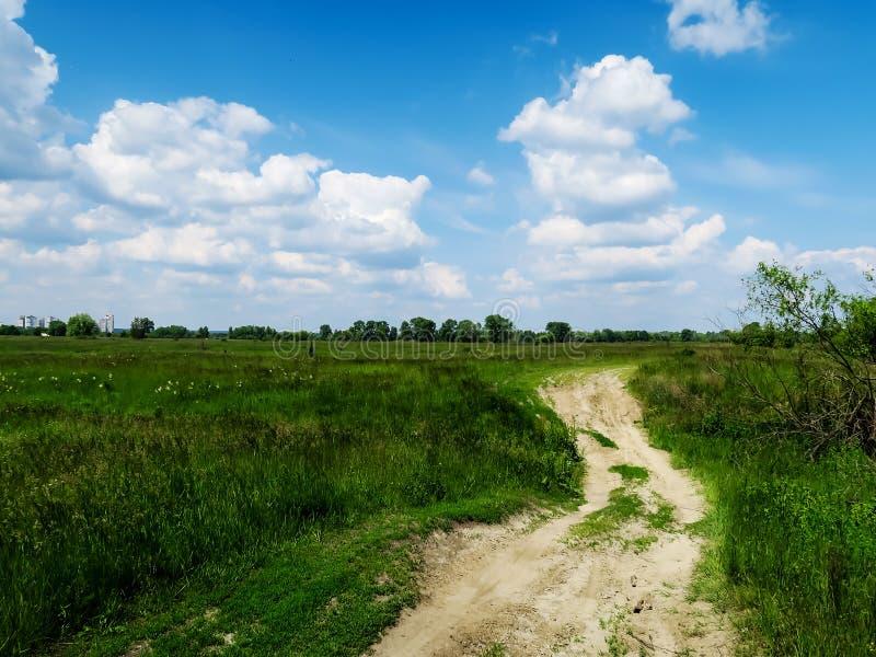 Download 晴朗日的草甸 库存照片. 图片 包括有 乌克兰, 蓝色, 视图, 草甸, 绿色, 横向, 晴朗, 云彩, 本质 - 72368904