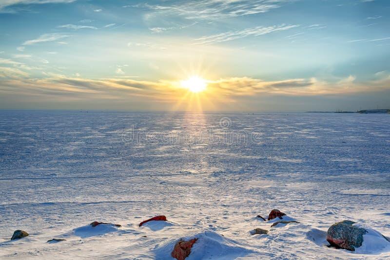 晴朗的冬天晚上在芬兰湾 免版税库存图片