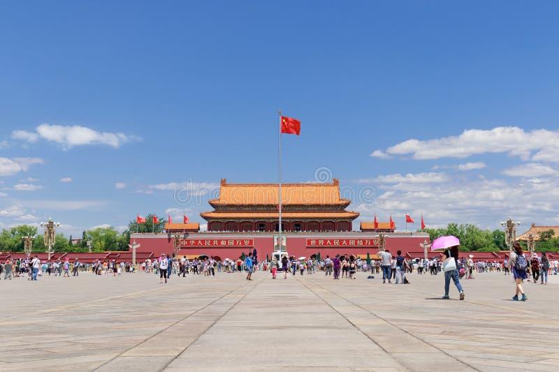 晴朗的天安门广场的访客,北京,中国 库存图片