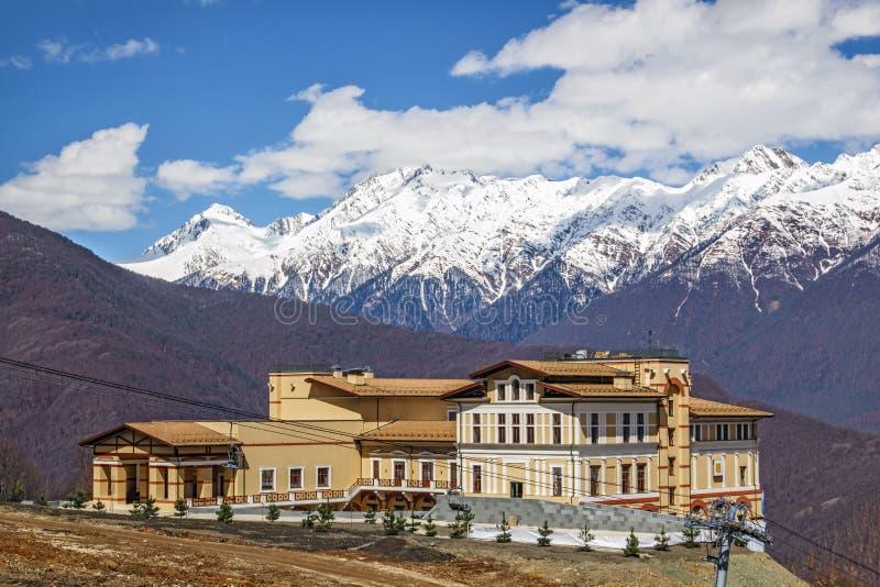 晴朗的山坡背景的Solis索契旅馆 库存图片
