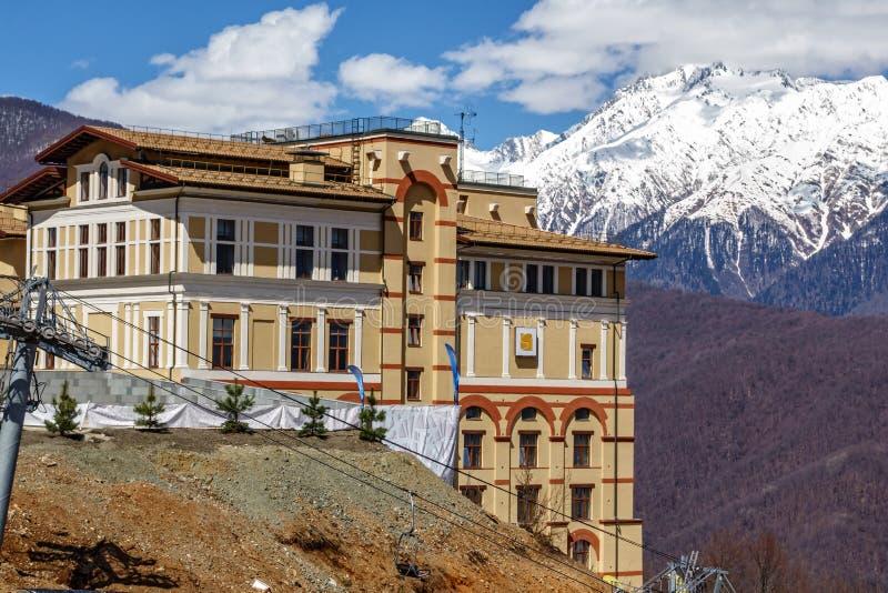 晴朗的山坡背景的Solis索契旅馆 免版税库存图片