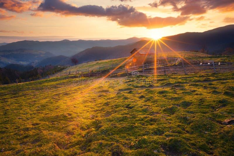 晴朗的早晨山农村风景 库存图片