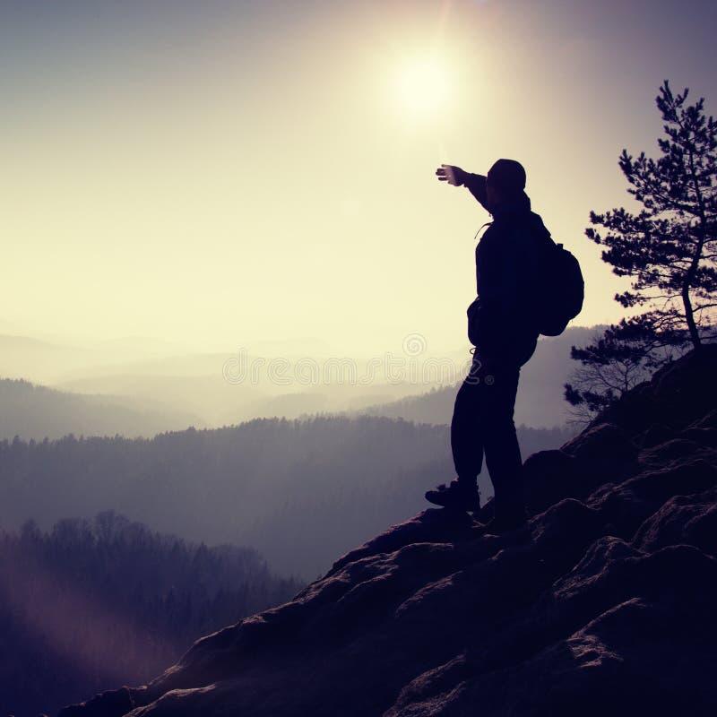 晴朗的早晨 远足者在岩石峰顶站立在岩石帝国停放并且观看在有薄雾和有雾的早晨谷 库存照片
