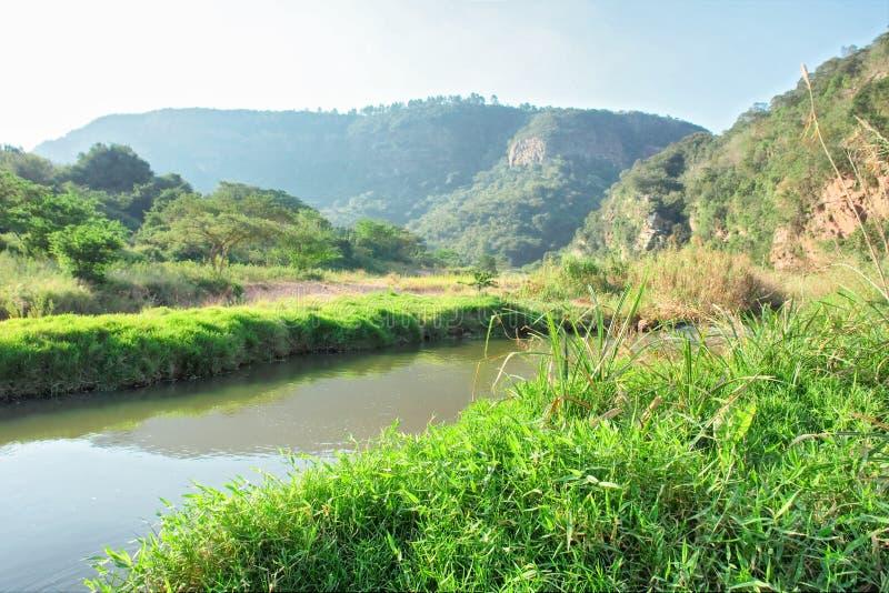 晴朗的河和山 图库摄影
