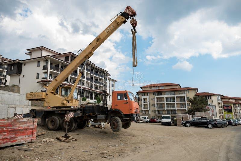 晴朗的海滩,保加利亚- 2017年5月16日:不安全的起重机位置 免版税库存图片