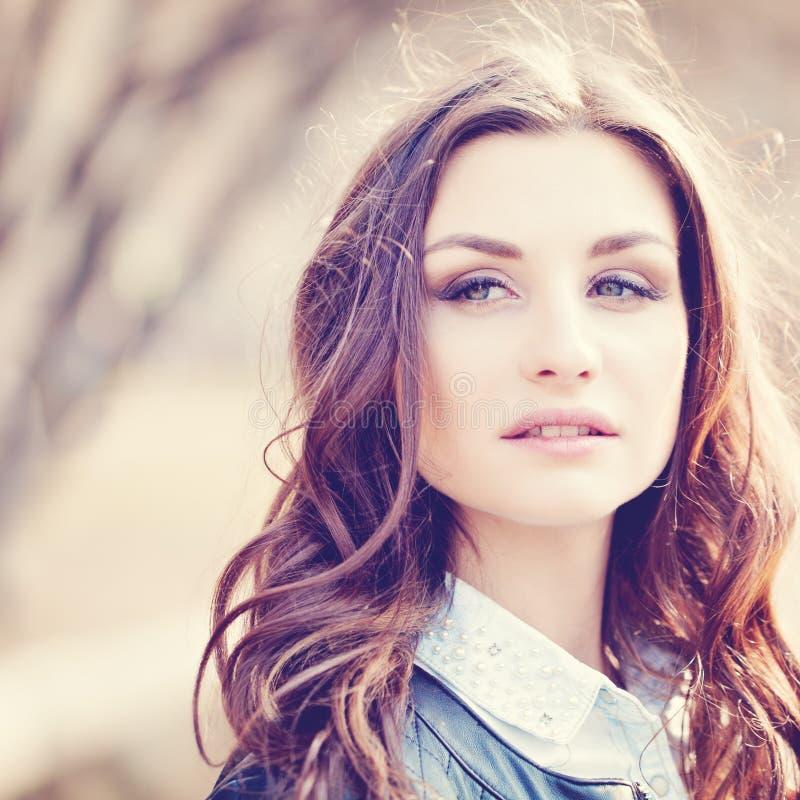 晴朗的自然的年轻美丽的妇女 免版税库存图片