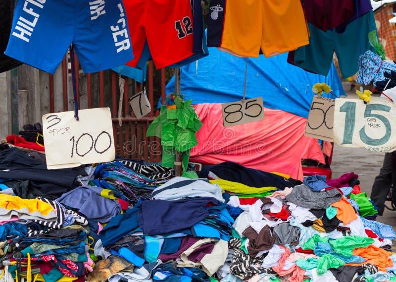 朗芒芽地,菲律宾- 2017年9月9日, :在土气街市上的便宜的衣裳 Streetwear待售 免版税图库摄影