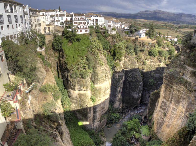 朗达村庄西班牙白色房子在全景的岩石栖息 图库摄影