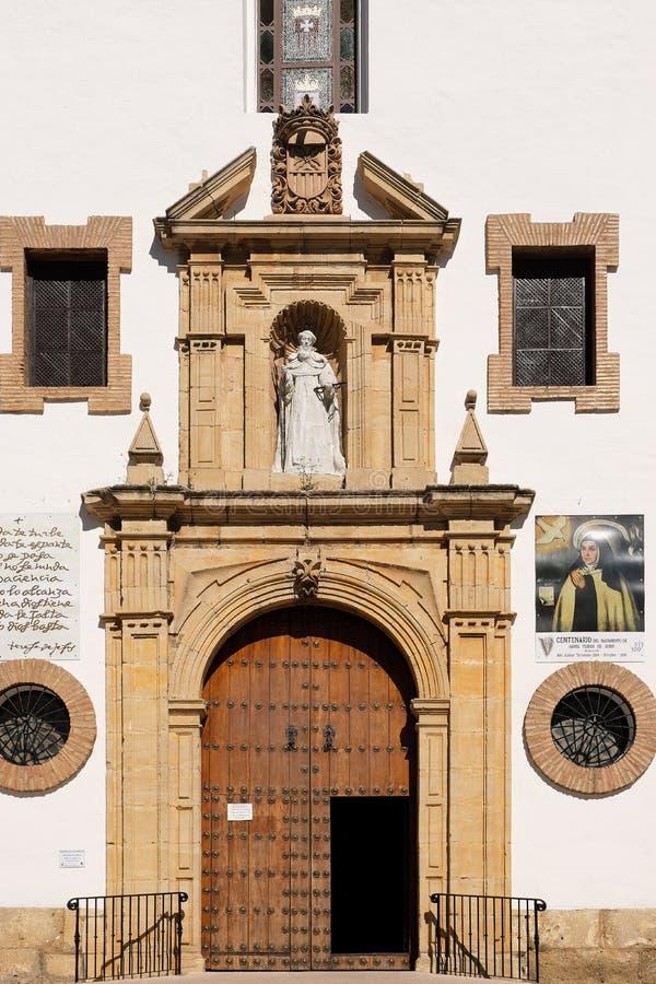 朗达,安达卢西亚,西班牙- 2019年3月16日:教会拉梅尔塞的正门和门面在历史的小山的中心 库存照片