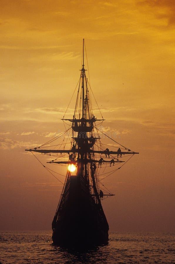 望春风,普利茅斯,马萨诸塞的复制品的剪影在日落的 免版税库存照片