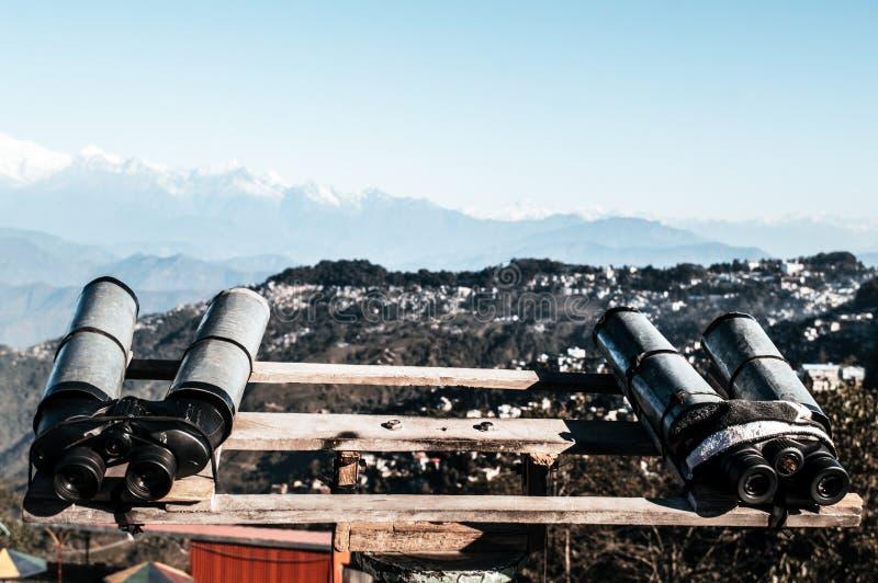 望远镜,双筒望远镜,野外镜登上为了观察者能扩大化双目视觉看Kanchenjunga,珠穆琅玛,安纳布尔纳峰 免版税库存图片