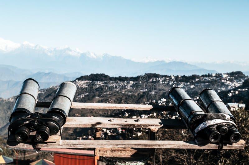 望远镜,双筒望远镜,野外镜登上为了观察者能扩大化双目视觉看Kanchenjunga,珠穆琅玛,安纳布尔纳峰mou 库存照片