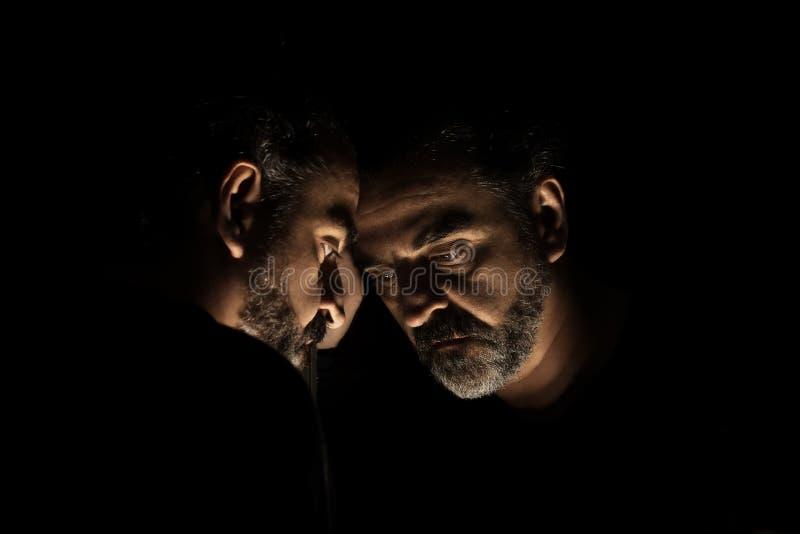 绝望,哀伤和偏僻的身分的人在镜子前面 库存图片