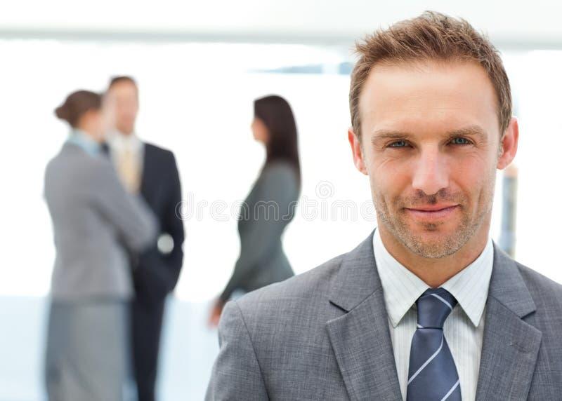 朝向他的摆在骄傲的小组的经理 免版税库存照片