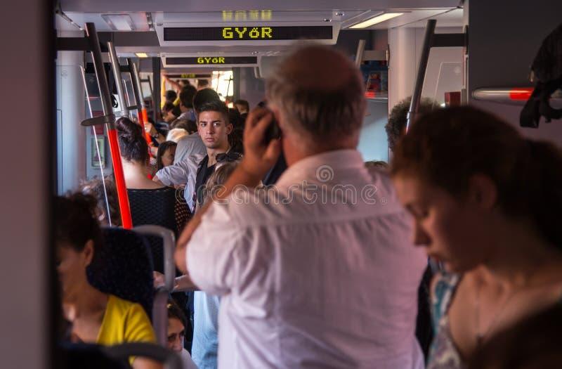朝向对从奥地利的匈牙利的过度拥挤的火车的旅客 免版税库存照片