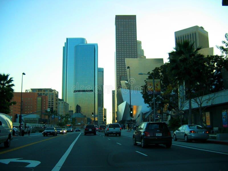 朝向街市通过华特・迪士尼音乐厅,洛杉矶,加利福尼亚 库存图片