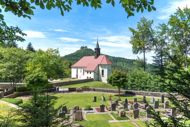 朝圣教会玛丽亚泽尔有对霍亨索伦城堡的看法 库存图片