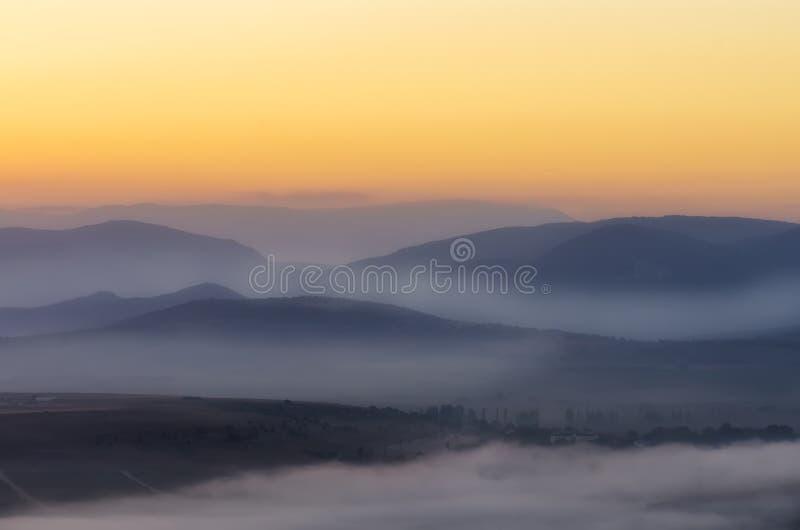 朝阳的第一光芒在山的 免版税图库摄影