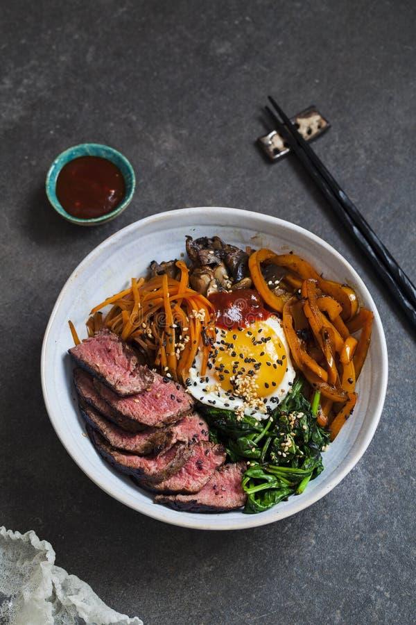 朝鲜拌饭、韩国牛肉和菜 免版税库存照片