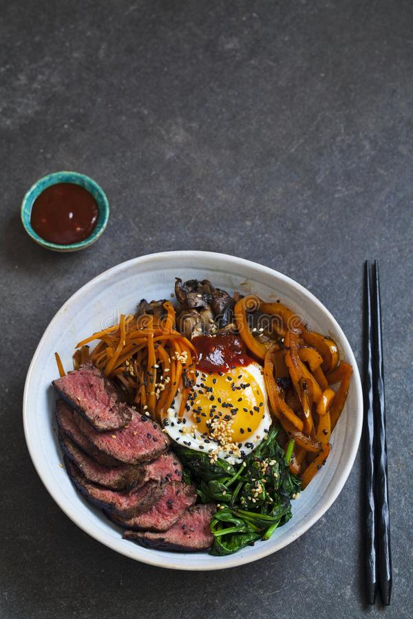 朝鲜拌饭、韩国牛肉和菜 库存照片