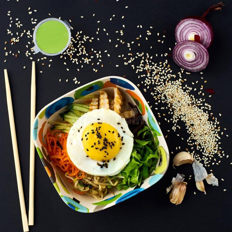 朝鲜拌饭 混杂的米用肉和菜 免版税库存照片