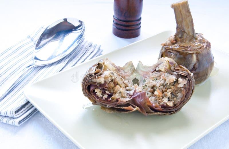 朝鲜蓟充塞用面包,大蒜,橄榄油,典型的罗马盘 库存照片