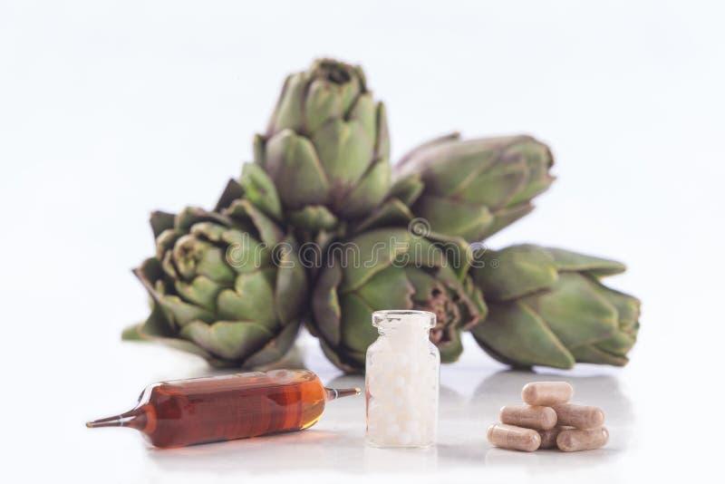 朝鲜蓟叶子萃取物胶囊 片剂和细颈瓶 免版税库存照片