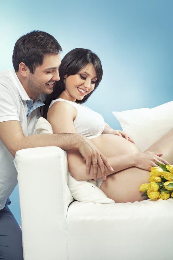 期望为婴孩的美满的婚姻夫妇 免版税图库摄影