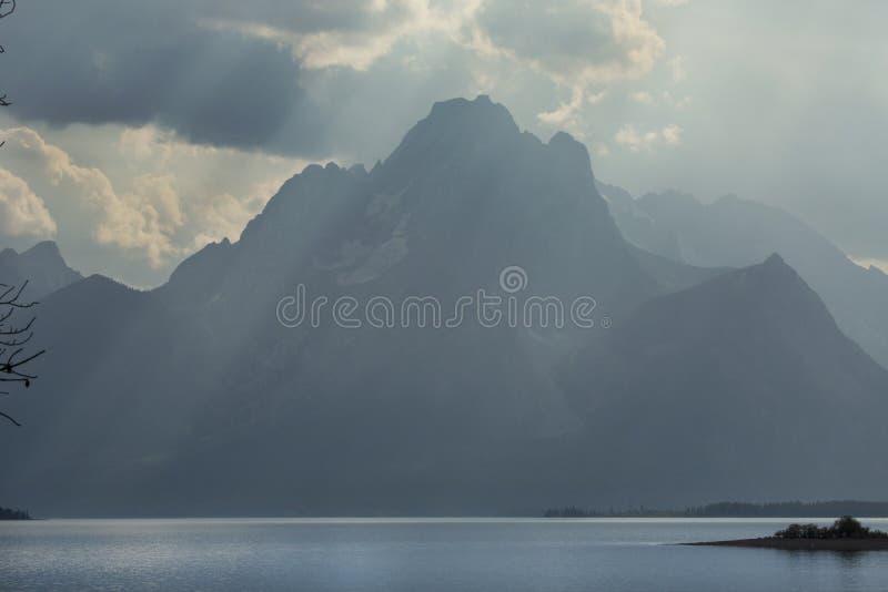 朦胧的Teton山,太阳发出光线, Jackson湖,杰克逊Hole, Wyom 图库摄影