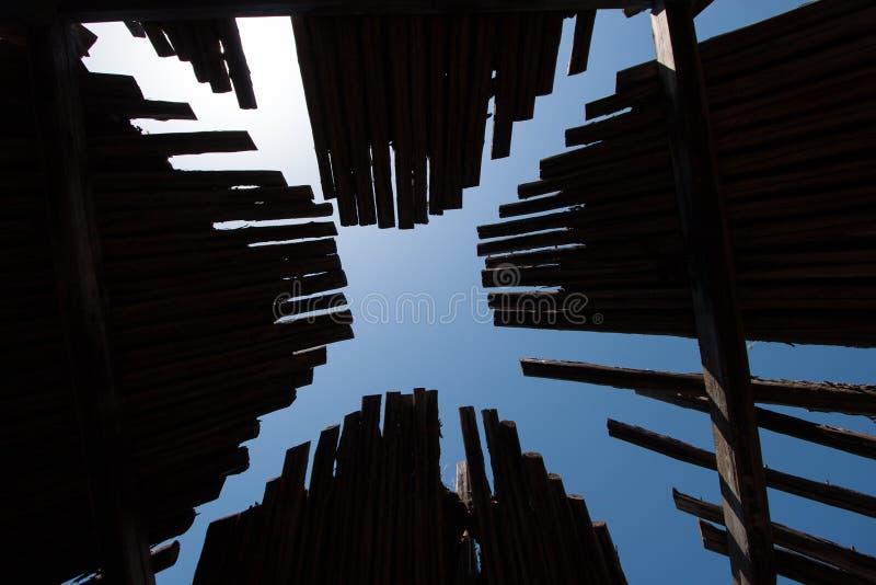木与天空的屋顶黑暗的老yurt 免版税库存图片