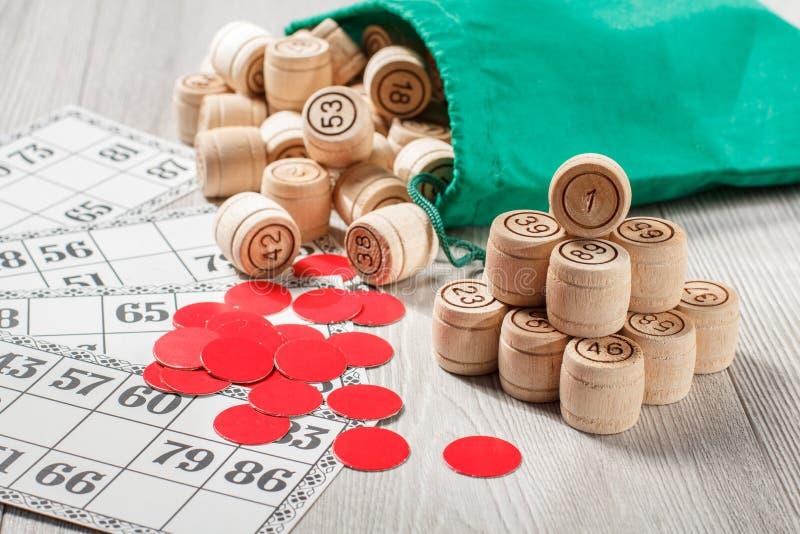木乐透纸牌滚磨与袋子、游戏卡和红色芯片ga的 免版税图库摄影
