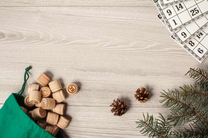 木乐透纸牌滚磨与袋子和游戏卡,圣诞节杉树 库存照片