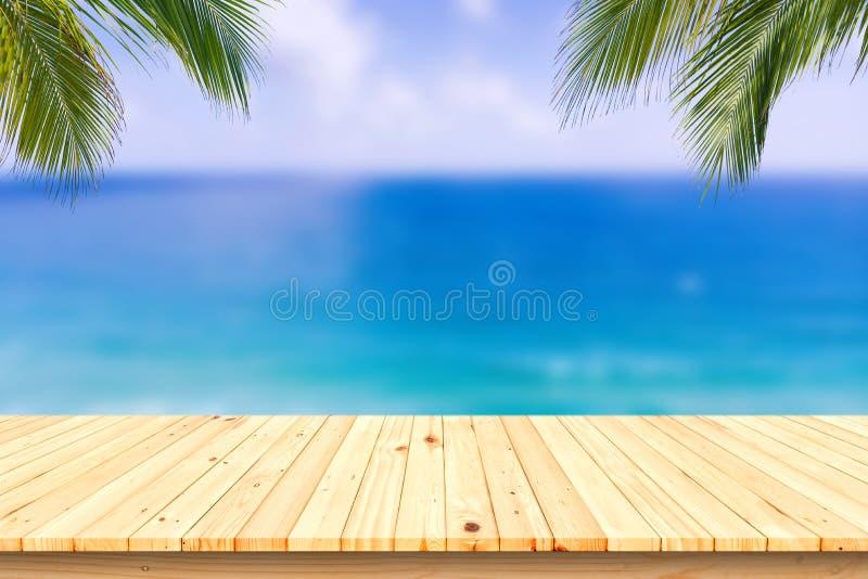 木书桌或板条在沙子海滩在夏天 背景 免版税库存图片