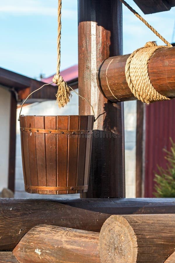 木井。在绳索的桶 免版税库存图片