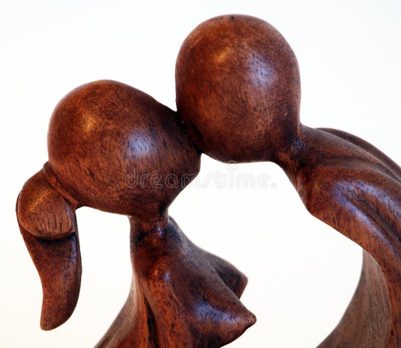 木亲吻的夫妇雕象 免版税库存图片