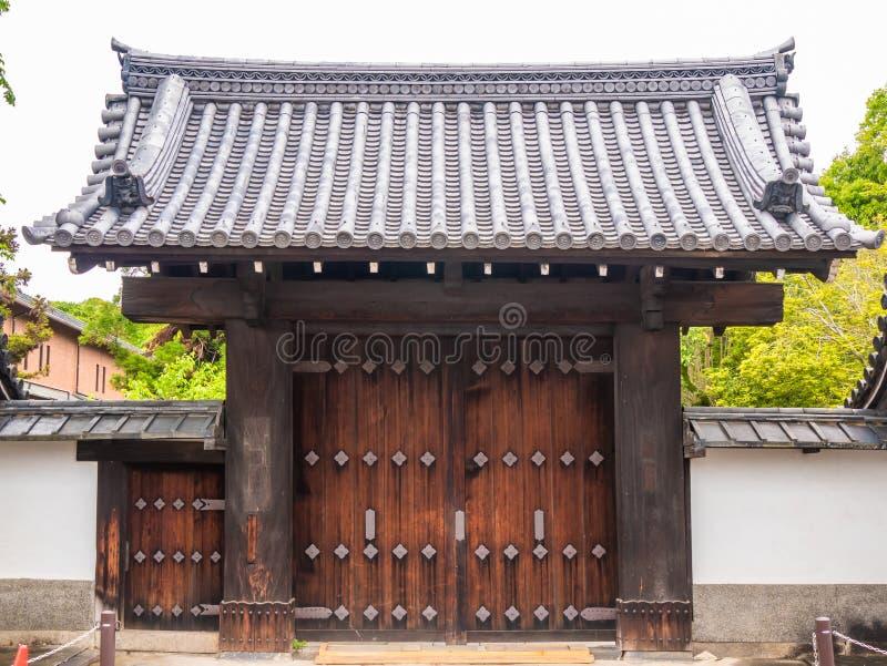 木传统入口或门对修道院 库存图片