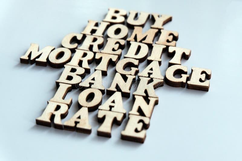 木信件议院  词购买,家,信用,抵押,银行,贷款,率在白色背景被放置 mortga的概念 免版税库存照片