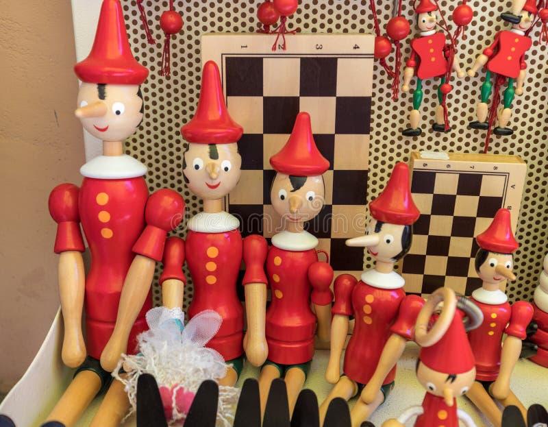 木偶奇遇记图的被绘的木牵线木偶玩偶在一个纪念品店的在索伦托 意大利 免版税库存图片